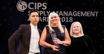 Megan Stowe, Intel's international supplier diversity manager, receiving the CIPS SM award