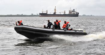 Naval coast guards help rescue ships under attack – 29 attacks were in Nigeria in 2019. © AFP/GettyImages