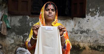 Chameli is paid poverty wages in a Bangladesh factory that supplies clothes to Australia. © Fabeha Monir/ OxfamAUS