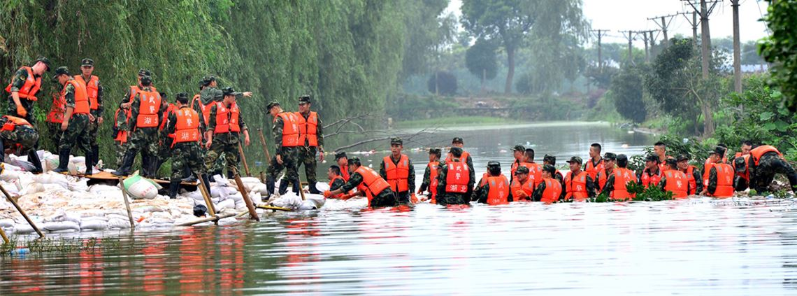 Soldiers reinforce a dyke during flooding in Wuhan in 2016 © STR/AFP via Getty Images